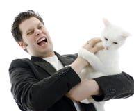 Combat d'homme avec le chat blanc. photographie stock