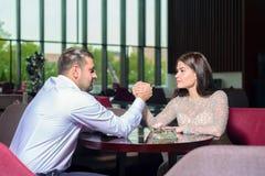 Combat d'homme et de femme sur leurs mains image stock