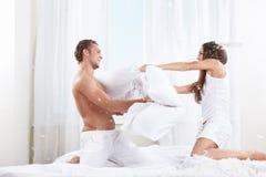 Combat d'oreiller image stock