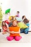 Combat d'oreiller avec des enfants Photos libres de droits