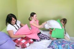 Combat d'oreiller de l'adolescence Photos libres de droits