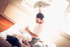 Combat d'oreiller entre les couples Images stock