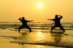Combat d'un ennemi près de la plage photographie stock libre de droits