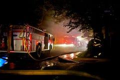 Combat d'un incendie image stock