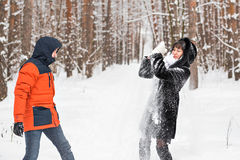 Combat de boule de neige Couples de l'hiver ayant l'amusement jouer dans la neige à l'extérieur Photographie stock