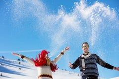 Combat de boule de neige Couples de l'hiver ayant l'amusement jouer dans la neige à l'extérieur Jeunes couples multi-raciaux heur Photographie stock