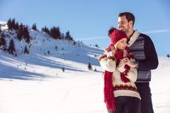 Combat de boule de neige Couples de l'hiver ayant l'amusement jouer dans la neige à l'extérieur Jeunes couples multi-raciaux heur Photos libres de droits