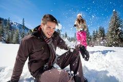 Combat de boule de neige de couples d'hiver Images stock
