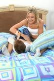Combat de chatouillement de fils de mère Images stock