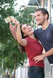 Combat de couples au-dessus d'argent, finances Images stock