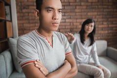Combat de couples sur le sofa photographie stock libre de droits