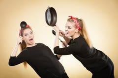 Combat de cuisine entre de rétros filles Photographie stock libre de droits