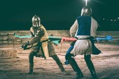 Combat de deux chevaliers photographie stock