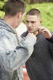 Combat de deux jeunes hommes Image libre de droits