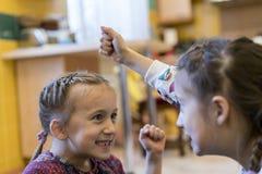 Combat de deux petites filles avec leurs poings Photo libre de droits