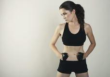 Combat de femme posant le tir de studio d'isolement photographie stock
