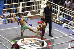 Combat de garçons muay-thaïlandais Images libres de droits