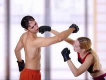 Combat de jeunes couples. photographie stock libre de droits