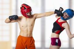 Combat de jeunes couples. photos libres de droits