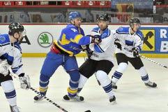 Combat de joueurs de hockey Photos stock