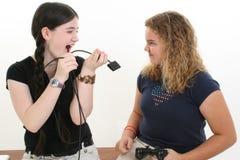 Combat de meilleur ami au-dessus de contrôleur de jeu vidéo Photographie stock libre de droits