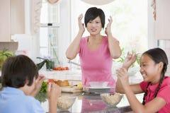 Combat de pièce d'enfants tout en prenant le petit déjeuner image stock