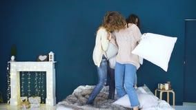 Combat de quatre le beau filles se repose Amies ayant l'amusement et le rire dans la chambre à coucher banque de vidéos