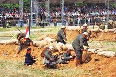 Combat de soldats-reenactors sur le champ de bataille Photographie stock libre de droits
