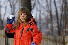 Combat drôle de fille avec des boules de neige photo libre de droits