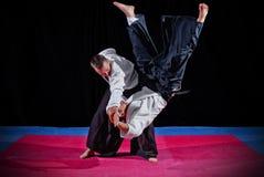 Combat entre deux combattants d'aikido image stock