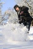 Combat espiègle d'homme avec la neige photo libre de droits