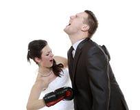 Combat expressif de couples. Mari fâché de boxe d'épouse. Photos libres de droits