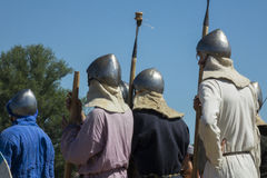 Combat médiéval de guerriers pendant le festival historique Image libre de droits