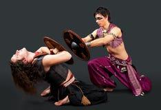 Combat pour deux hommes avec l'écran protecteur - dansez avec l'eapon Photos stock