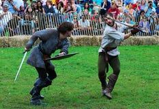 Combat pour deux hommes dans le costume médiéval Photos libres de droits