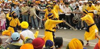 Combat rituel pendant le cortège de Baisakhi Photos stock