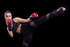 Combat thaïlandais muay de boxeur de sportif D'isolement sur le fond noir Copiez l'espace photos stock