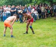 Combates de lucha antes del inicio de los juegos de Nestinar en el pueblo de búlgaros en Bulgaria imagenes de archivo