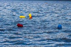 Combates que flotan en el agua Fotos de archivo