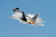 Combatiente/bombardero de la cautela del rapaz F-22 Imagenes de archivo