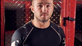 Combatiente confiado del hombre cerca del ring de boxeo 4K almacen de metraje de vídeo