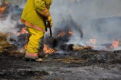 Combatiente de fuego rural en el fuego Imagen de archivo libre de regalías