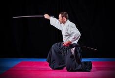 Combatiente de los artes marciales con katana Foto de archivo libre de regalías