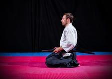 Combatiente de los artes marciales con katana Foto de archivo