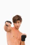 Combatiente de los artes marciales en actitud ofensiva Fotografía de archivo libre de regalías