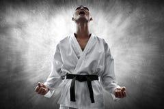 Combatiente de los artes marciales enojado y que grita imagen de archivo
