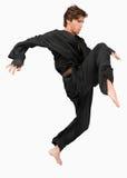 Combatiente de los artes marciales que ataca con su rodilla Foto de archivo libre de regalías