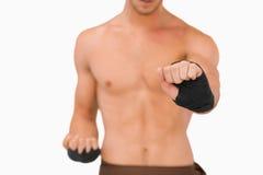 Combatiente de los artes marciales que hace sus ejercicios Foto de archivo libre de regalías