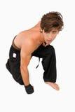 Combatiente de los artes marciales que se arrodilla abajo Fotos de archivo