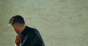 Combatiente del kung-fu que practica artes marciales con la espada 4k metrajes